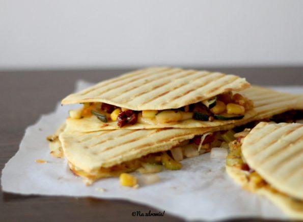 Pszenno-kukurydziana quesadilla faszerowana serem i warzywami