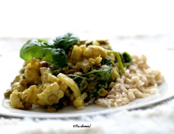 Curry z kalafiora, soczewicy i szpinaku